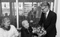Magnús Karl Magnússon, forseti Læknadeildar, afhendir Margaret Scheving Thorsteinson blóm við úthlutunarathöfn í Norræna húsinu 2015. Margaret og Bent Scheving Thorsteinsson, eiginmaður hennar, stofnuðu Verðlaunasjóð Óskars Þórðarsonar við Háskóla Íslands árið 2000.